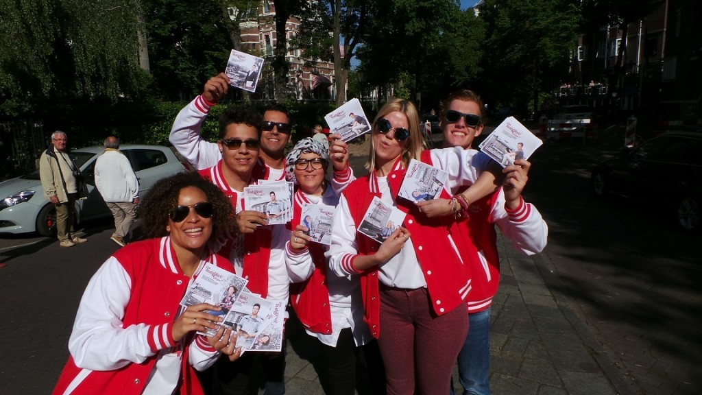 Flyers_uitdelen_als_groep_Amsterdam_Ready4Work