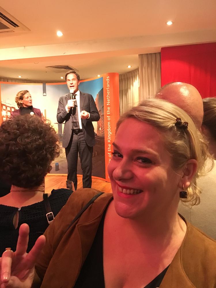 Femke Hellemons, Singapore, selfie tijdens bezoek premier Mark Rutte aan Holllandse Club