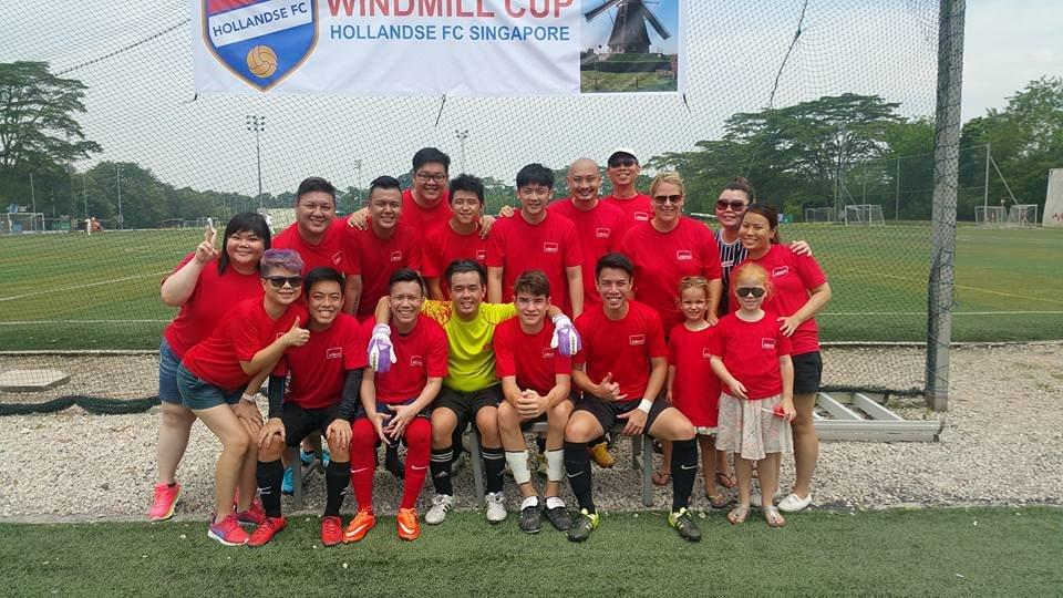 Team Adecco Singapore tijdens charity voetbal tournooi 'Windmill Cup'