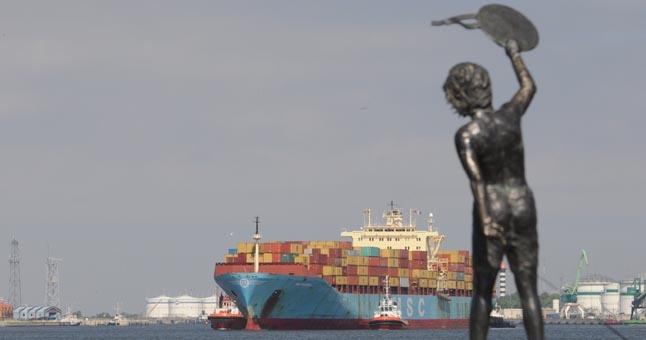 """Á Klaipëdos jûrø uostà atplaukë ilgiausias iki ðiol èia priimtas laivas - okeaninio tipo laivas - konteinerveþis """"MSC Sariska""""."""