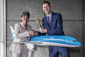 Randstad-directeur Marjolein ten Hoonte (l) en HR-directeur Aart Slagt van KLM