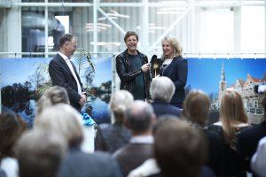 vlnr Randstad-directeur Peter Feld, presentator Lex Uting en HR-directeur Jeanneke van Meulebrouck van het LUMC