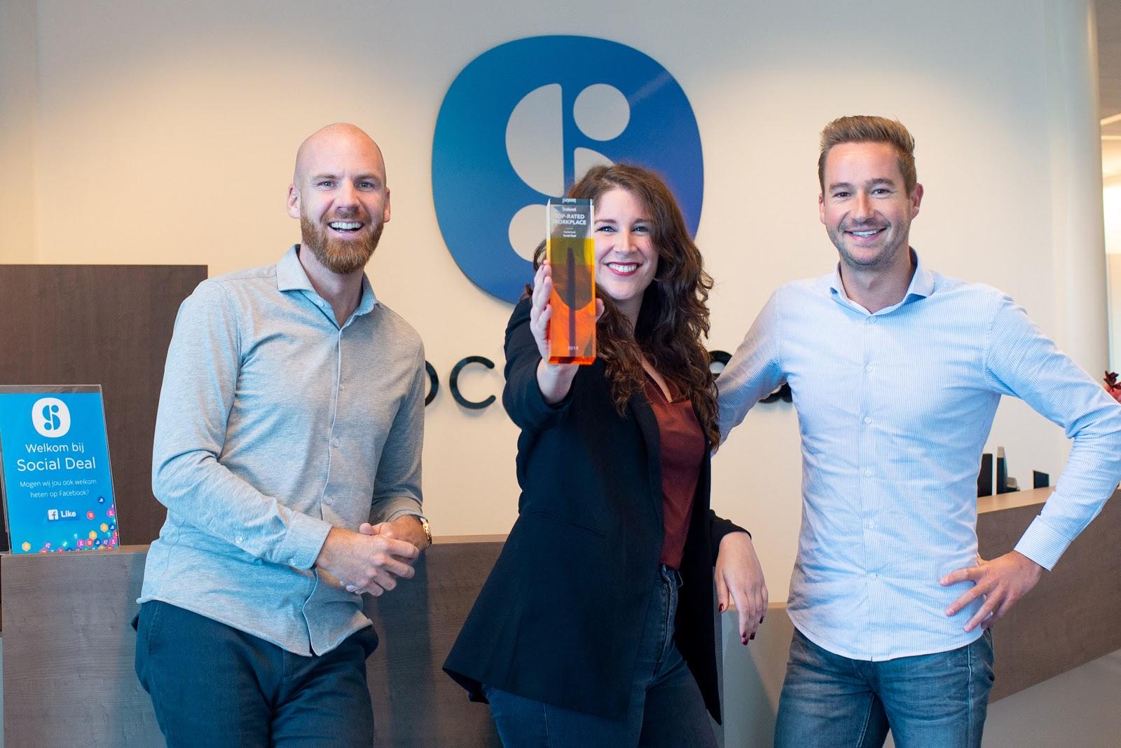 Social Deal 'Top-Rated Workplace' - Rens van de Berg en Bart Oosterholt, oprichters van Social Deal, en Teun Vrolijk, HR-Manager bij Social Deal.