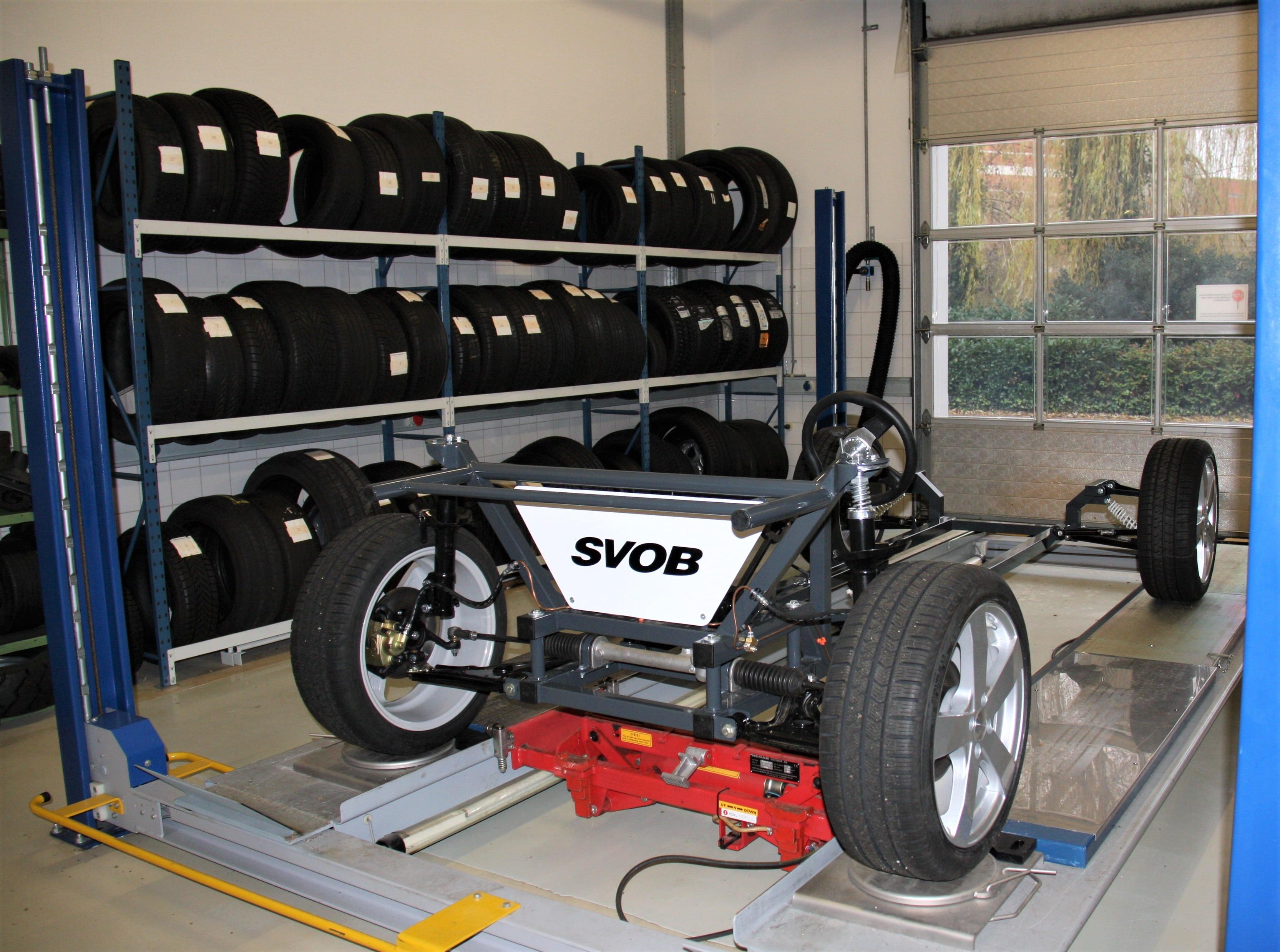 VACO trainingsruimte banden en wielenbranche, uitlijnmodel en banden met diverse slijtagepatronen