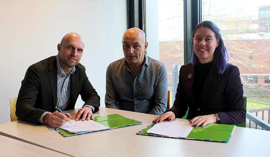 Bas Wijbenga (Vebego), Peter van Kemenade (Vebego) en Patricia de Cocq (HAS Hogeschool), bekrachtigen de samenwerking tussen HAS Hogeschool en Vebego.