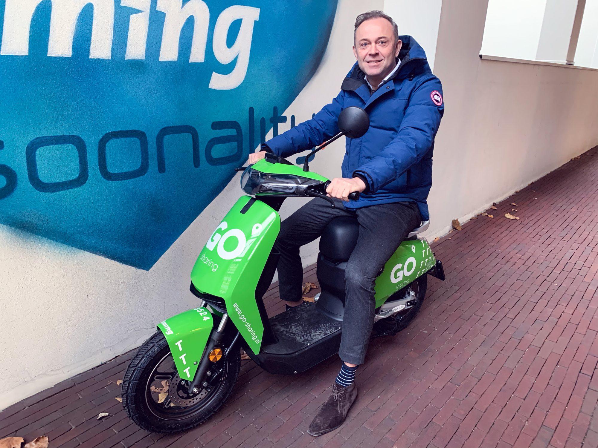 Paul Haarhuis, CCO van Timing, op elektrische deelscooter