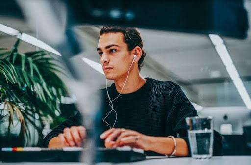 Jongerenexperts YoungCapital NEXT en Frisse Blikken helpen organisaties bij ontwikkelen futureproof onboardingprogramma's op maat.