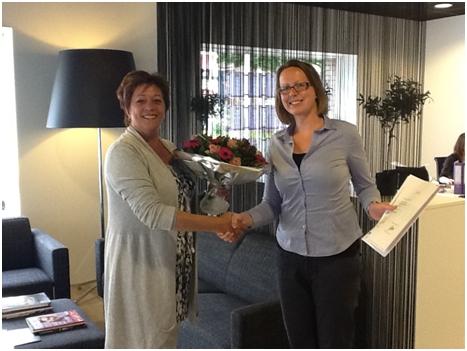 Lobke Nekkers (Match4U) ontvangt een bos bloemen omdat zij een 10 scoorde voor haar SEU examen