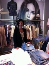 Eigenaresse Modeteam Sona Tissingh in een modewinkel